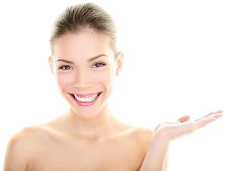 sch�ne frauen: K�rperpflege Hautpflege Pflege Sch�nheit asiatische Frau Ergebnis Produkt auf der Seite mit der offenen Hand Gesunde strahlende Haut auf multi-ethnische Chinesen kaukasischen M�dchen pr�sentieren und Anzeigen isoliert auf wei�em Hintergrund