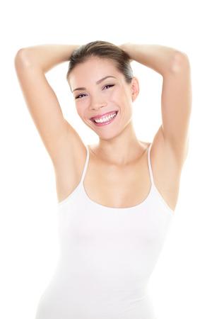 Achsel Haarentfernung Epilation Frau zeigt Achselhöhlen Körperpflege Hautpflege Schönheit Frau entspannt zeigt rasierte Achselhöhlen haarlos Glückliche Frau mit mit glatter Haut Unterarm für Laser-Haarentfernung Konzept