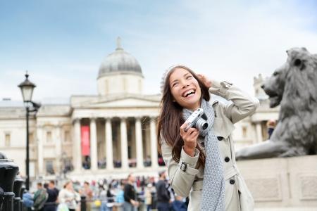Londen toeristische vrouw op Trafalgar Square in de voorkant van National Gallery nemen van foto met de camera lacht gelukkig lachen plezier. Mooi meisje op vakantie, Londen, Engeland, Verenigd Koninkrijk.