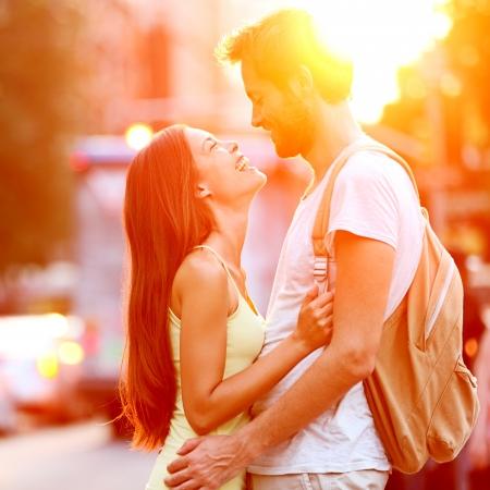 enamorados besandose: Pareja de enamorados besándose riendo divertirse. Citas joven pareja interracial que abrazan en la fecha. Hombre caucásico, mujer asiática en Manhattan, Nueva York, EE.UU..