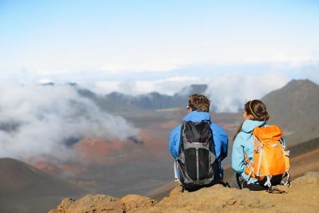 paisaje naturaleza: Senderismo - excursionistas sentado disfrutando de vistas sobre el volc�n. Pareja Caminante mirando hermoso paisaje natural de la monta�a, este de Maui Volc�n Haleakala parque nacional de Hawaii, EE.UU.. Gente descansar y relajarse.