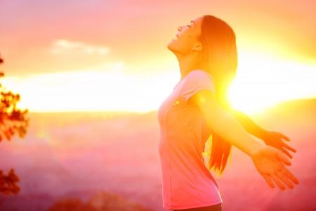 Gratis gelukkige vrouw genieten van de natuur zonsondergang. Vrijheid, geluk en genot begrip van prachtige multiraciale Aziatische Kaukasische meisje in haar jaren '20. Afbeelding van Grand Canyon, Verenigde Staten. Stockfoto