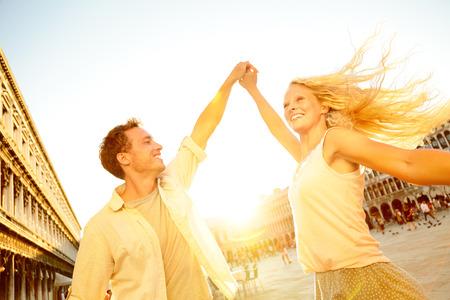 jovenes enamorados: Feliz pareja de jóvenes se divierten en la danza de viaje de vacaciones en San Marcos Foto de archivo