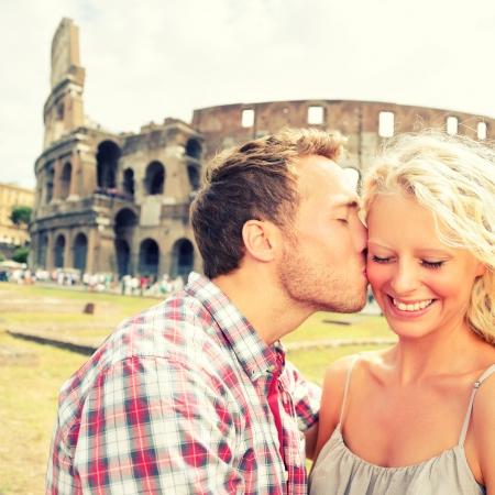enamorados besandose: Amor - besos Pareja que se divierten en Roma por el Coliseo