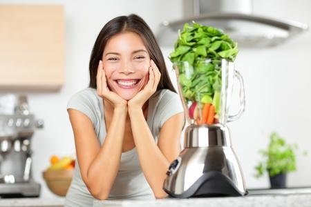 licuadora: Mujer batido verde hacer batidos de verduras con la licuadora Foto de archivo
