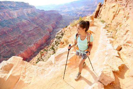 등산객 여자 하이킹 극 함께 산책 그랜드 캐년에서 하이킹. 그랜드 캐년 사우스 림, 애리조나, 미국에서 젊은 multiracial 여성 등산객 하이킹의 건강한 활