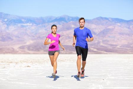 피트니스 스포츠 부부는 사막 풍경에 흔적에 외부 조깅 실행.