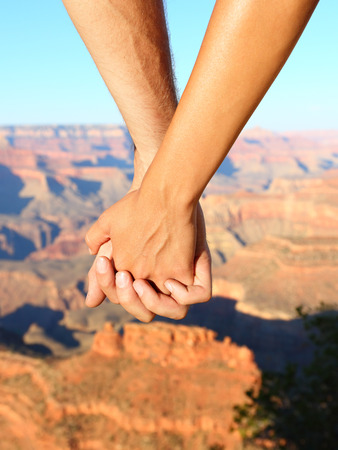 tenir main: Couple se tenant la main de randonn�e romantique, le Grand Canyon. Banque d'images