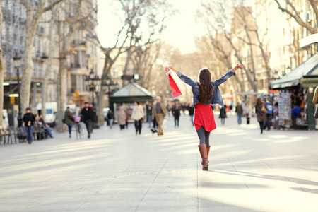 Barcellona, ??La Rambla donna shopping. Shopper femminile che cammina felice di distanza con borse della spesa sollevate. Dalla famosa strada simbolo in Catalogna, Spagna. Archivio Fotografico - 26735511