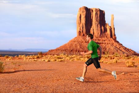 cross country: Hombre corriendo carreras de velocidad en Monument Valley. Corredor Atleta pista de cross country correr al aire libre en el paisaje impresionante naturaleza. Fit modelo deportivo masculino en el sprint r�pido a la velocidad al aire libre, Arizona Utah, EE.UU..