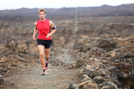 男マラソンやトライアスロンのための国の訓練、アウトドア クロス トレイル ランナーを実行しています。 写真素材