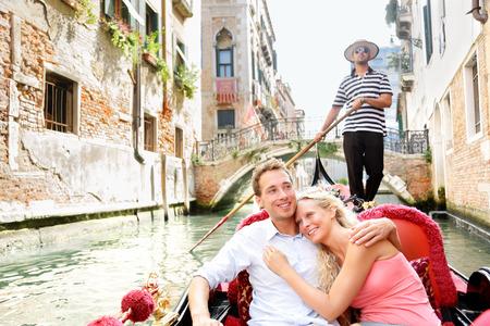 Romantische jonge mooie paar zeilen in Venetiaans kanaal in gondel, Italië Stockfoto