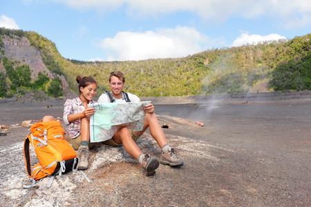 행복 한 젊은 남자와 아름 다운 화산 풍경에 여성이 편안 촬영 중단