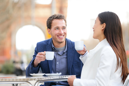 tomando café: Dating beber café en café de la acera al aire libre en la fecha. Profesionales hermosa joven que habla disfrutando espresso riendo teniendo en Barcelona, ??España está cerca de Arc de Triomf, en el Passeig de Sant Joan.