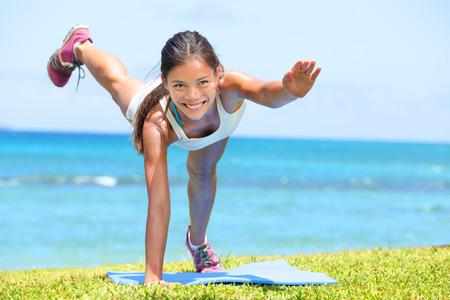 mer ocean: Femme fitness crossfit formation d'exercice en plein air par la mer de l'oc�an. Belle formation ajustement de la force de mod�le f�minin de remise en forme de fille sur l'herbe. Course mixte mod�le f�minin asiatique Banque d'images