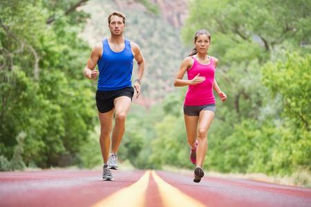 dva: Běh mladých lidí - dva běžce jogging na silnici v přírodě školení pro maratónský běh. Multikulturní pár - asijský smíšené rasy krásný model žena a muž kavkazského fitness model výkonu