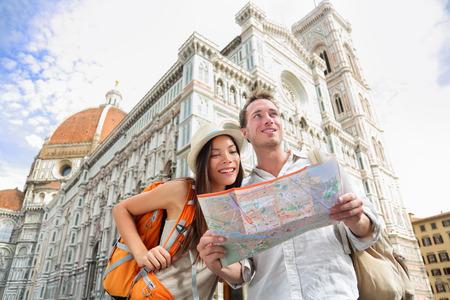 Toeristische reizen echtpaar door de kathedraal van Florence, Italië kijken naar de kaart in de voorkant van Il Duomo di Firenze ook wel Basilica di Santa Maria del Fiore. Belangrijkste toeristische attractie en mijlpaal in Florence, Italië Stockfoto