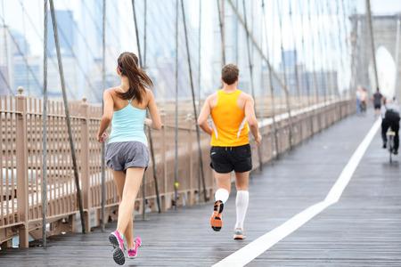 뉴욕 마라톤을위한 훈련 조깅 사람들을 실행합니다. 외부에서 실행에 주자. 남자 러너와 브루클린 다리, 뉴욕시, 미국에서 여성 피트 니스 스포츠 모델