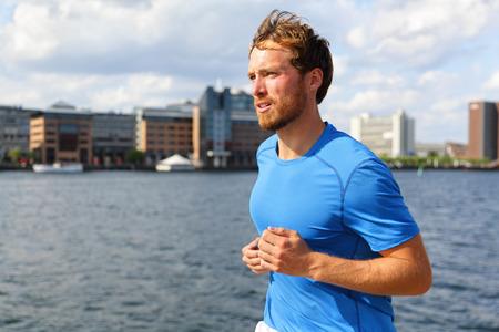 hombre con barba: Hombre que se ejecuta en la ciudad de Copenhague. Foto de archivo