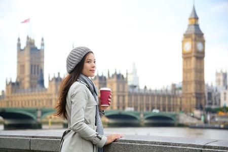 Mujer Londres beber café por el puente de Westminster.