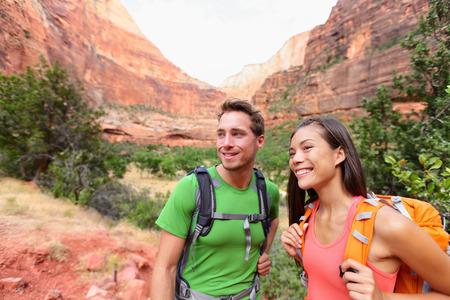 ハイキングの人々 - ハイキング屋外美しい山の風景にザイオン国立公園でアクティブなライフ スタイルを楽しむハイカー カップル。