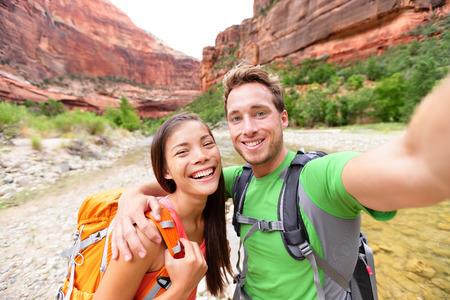 Selfie 自画像写真幸せなカップルのハイキング ハイキング旅行。