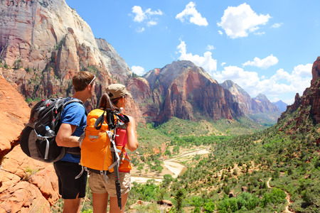 Hiking - hikers looking at view in Zion National park. Banque d'images