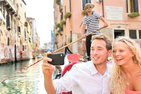 ヴェネツィアのカップル旅行の船の休暇の休日を幸せに Gondole に乗るロマンス。
