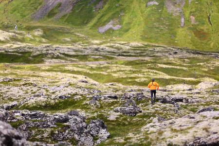 トレイルラン男クロスカントリー実行を行う自然風景で。男性ランナー トレーニング Snaefellsjokull、Snaefellsnes、アイスランドと山の美しい自然風景の