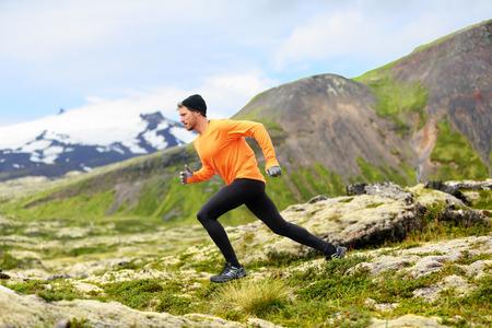hombre con sombrero: Hombre corriente en cruz carrera trail pa�s. Fit formaci�n masculina corredor deporte al aire libre en el hermoso paisaje de monta�a con Sn�fellsj�kull, Snaefellsnes, Islandia.