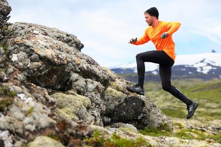running: Hombre del deporte que se ejecuta en cruz carrera trail país. Fit entrenamiento físico corredor masculino y salto al aire libre en el hermoso paisaje de montaña con Snæfellsjökull, Snaefellsnes, Islandia. Foto de archivo