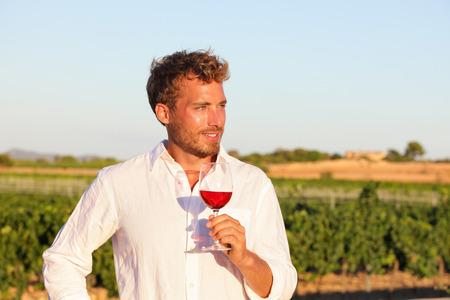 şarap kadehi: Winemaker adam içme gül veya açık havada şarap cam bağ kırmızı şarap.