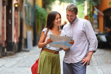 Sztokholm turyści para patrząc na mapę. Europa ludzie turystyka spaceru w szwedzkiej ulicy w Gamla stoisko stare miasto w Sztokholmie, w Szwecji.