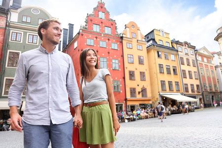 ストックホルム、スウェーデン、ヨーロッパのカップル。ストックホルム旧市街ガムラ ・ スタン ストートリィ広場大広場の外に歩いて幸せな多民