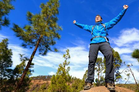 Menschen wandern Erreichen Gipfel oben Jubel feiern am Gipfel mit Arme nach oben ausgestreckt in den Himmel. Glücklich männlich Wanderer. Standard-Bild