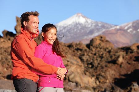 ハイキング ハイキングにビューでアクティブなライフ スタイルで恋の幸せなカップル。ロマンチックな若い異人種間のカップル。アジアの女性のハ 写真素材