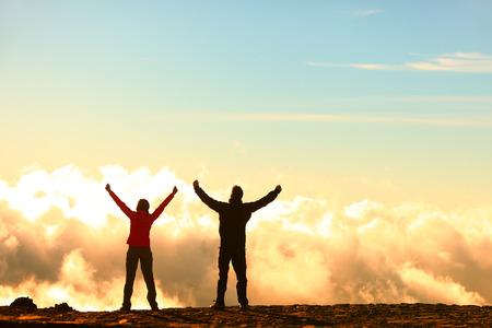 응원과 팔 기쁨의 축 하이킹 사람들은 하늘에 뻗은 제기