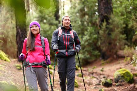 Wandelaar paar backpackers wandelen in het bos op pad in de bergen.