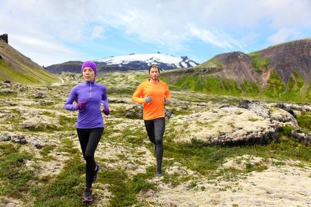 cross country: Ejecuci�n de deporte. Corredores en el Rastro del pa�s cruzado al aire libre que se resuelve para el marat�n. Ajustar joven modelo de fitness y entrenamiento de la mujer asi�tica juntos fuera en la naturaleza de monta�a en Snaefellsnes, Islandia.