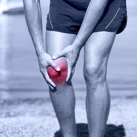 salud y deporte: Lesi�n de rodilla - deportes que ejecutan las lesiones de rodilla en el hombre. Corredor masculino con dolor de rodilla esguince. Cerca de las piernas, los m�sculos y la rodilla al aire libre.