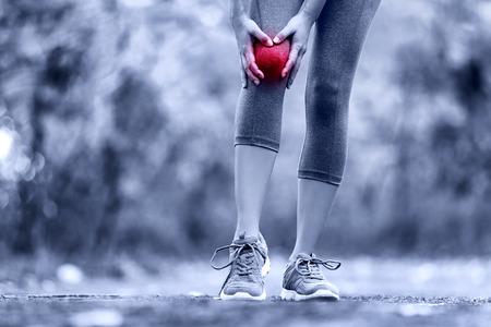 膝の怪我 - 女性の膝の怪我を実行しているスポーツ。捻挫膝から痛みを持つ女性ランナー。脚、筋肉、膝を屋外のクローズ アップ。