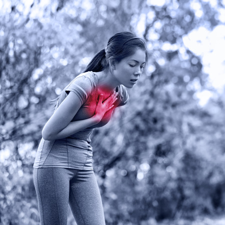 dolor de pecho: Náuseas - vómitos corredor enfermo con náuseas y enfermos. Mujer corriente sentirse mal a punto de vomitar. Chica tener náuseas por deshidratación o dolor en el pecho. Foto de archivo