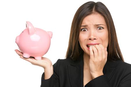 Geld spanning - zakelijke vrouw die spaarpot. Schulden, faillissement en besparingen concepten met benadrukte vrouwelijke zakenvrouw nagels bijten zenuwachtig geïsoleerde