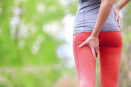 햄스트링 염좌 또는 경련. 여성 러너와 함께 실행 스포츠 부상. 자가 다시 허벅지의 근접 촬영입니다.
