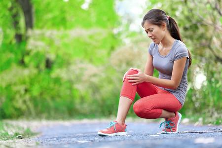 아픈: 무릎 부상 - 고통에서 여자 무릎 부상을 실행하는 스포츠. 염좌 무릎의 통증이 여성 주자. 야외 다리 근육과 무릎의 닫습니다.