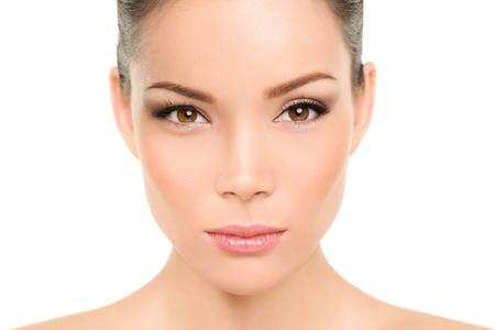nariz: Mujer de belleza asi�tica. Retrato serio de la hermosa raza mixta chino con maquillaje.