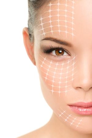 tratamiento facial: Lifting facial tratamiento anti-envejecimiento - Retrato de mujer asiática con líneas gráficas que muestran efecto lifting facial en la piel.