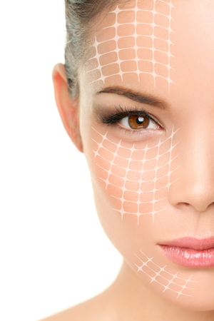 visage: Lifting traitement anti-vieillissement - portrait de femme asiatique avec des lignes graphiques montrant le visage effet lifting sur la peau. Banque d'images