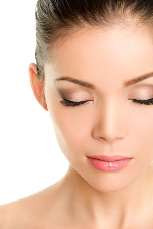 閉じた目の美しさの顔 - 偽まつげやアイメイクを示す中国のアジアの女性