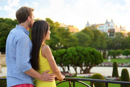 ロマンチックなカップルは公園の眺めを楽しみながら愛を受け入れます。しんじゅく多文化共生男と女のマドリッド、スペイン、ヨーロッパでエル  写真素材